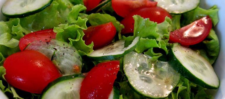 Entrada: Salada de pepino com tomates cereja e alface